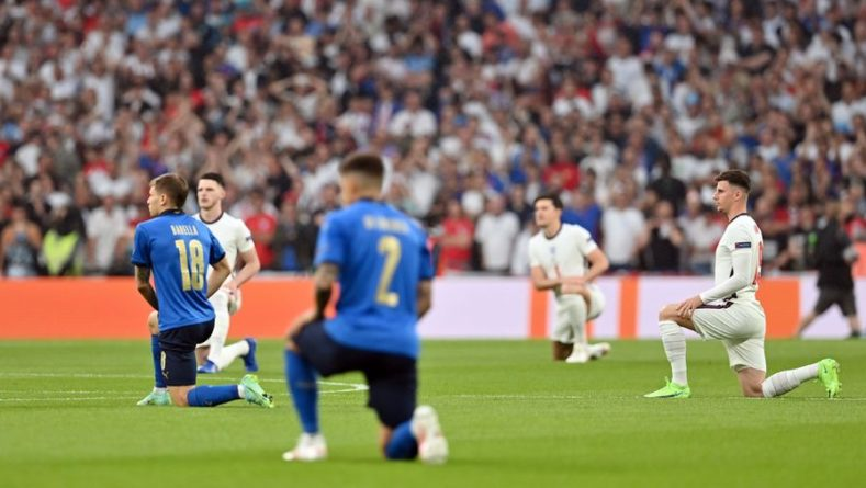 Общество: Футболисты сборных Италии и Англии преклонили колено перед финалом Евро-2020