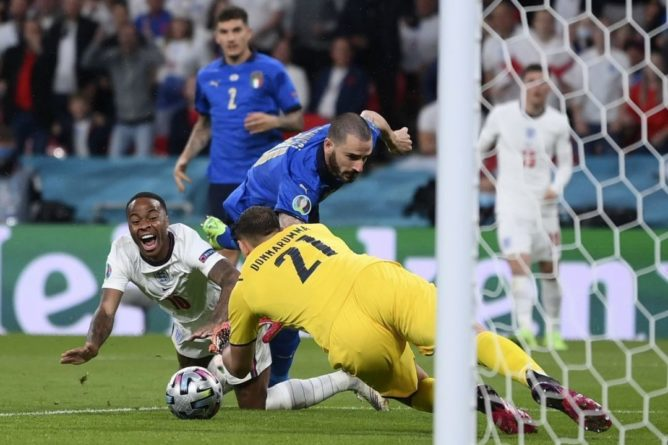 Общество: Сборная Италии сравняла счет в матче с Англией в финале Евро-2020