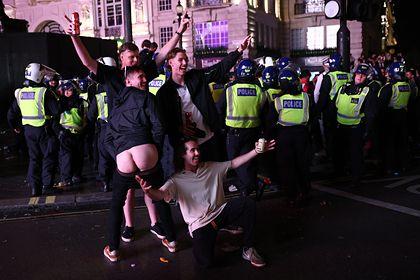 Общество: Десятки полицейских пострадали в столкновениях с футбольными фанатами в Лондоне
