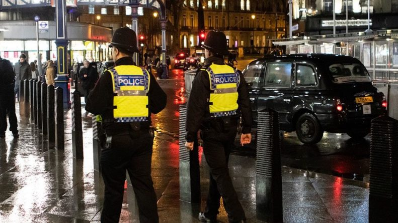 Общество: В Лондоне 19 полицейских пострадали в столкновениях с футбольными фанатами