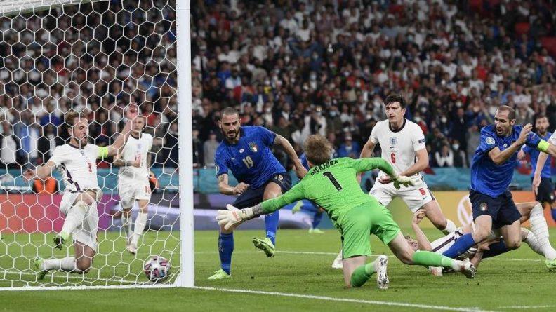 Общество: Борис Джонсон осудил расистские высказывания против сборной Англии в соцсетях
