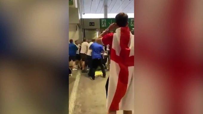 Общество: Фанаты сборной Англии напали на итальянских болельщиков после чемпионата Евро по футболу