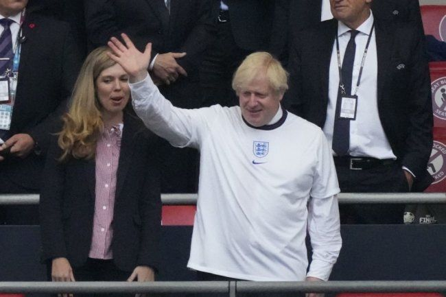 Общество: Джонсон направит 50 млн фунтов на улучшение футбольных полей в стране