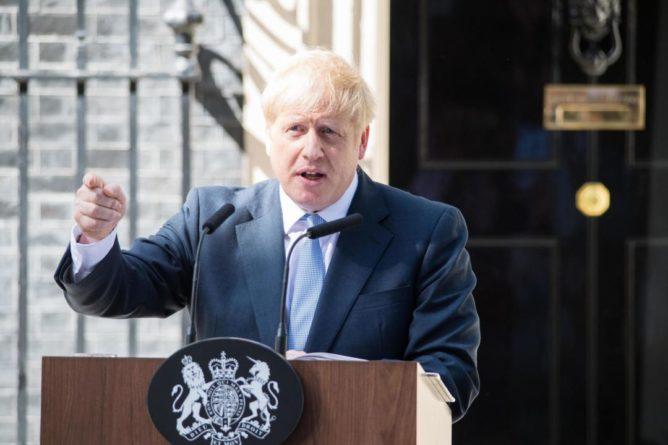 Общество: В Британии идет полемика между сторонниками и противниками полной отмены ограничений