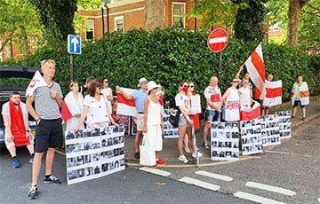 Общество: Белорусы принесли портреты политзаключенных к лукашенковскому посольству в Лондоне