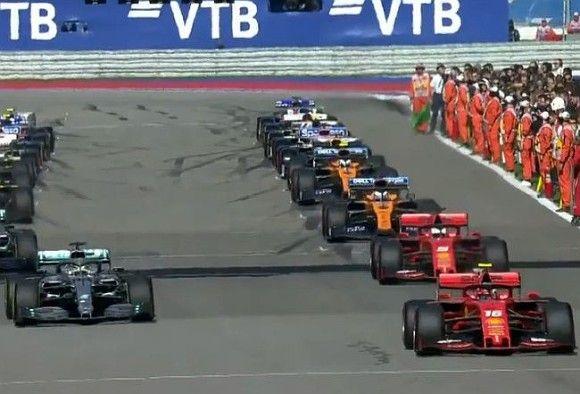 Общество: Гран-при Формулы-1 в Британии со скандалом выиграл действующий чемпион, россиянин — 17-й