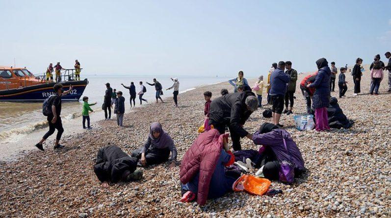 Общество: В Великобританию за сутки перебралось рекордное число нелегальных мигрантов