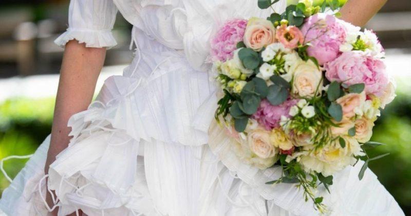 Общество: В Великобритании создали свадебное платье из медицинских масок (фото)