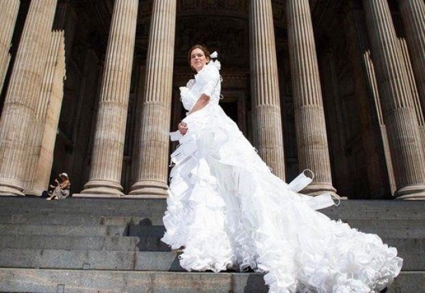 Общество: В Великобритании создали свадебное платье из защитных масок (фото)