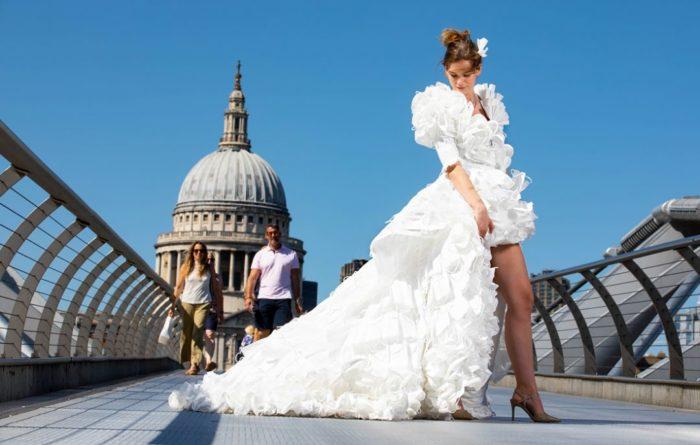Общество: По мотивам коронавируса: британец создал уникальное свадебное платье