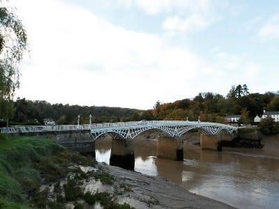 Общество: Одну из крупнейших рек в Великобритании превратили в помойку