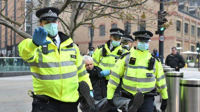 Общество: В Лондоне четверо полицейских ранены на акции протеста против вакцинации