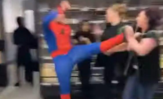 """Общество: В Лондоне """"Человек-паук"""" устроил массовую драку в магазине - досталось даже женщинам: видео"""