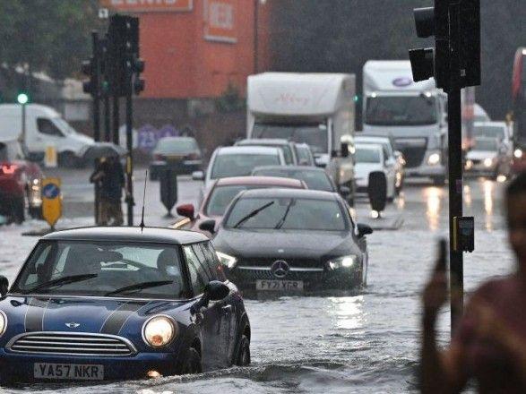 Общество: Потоп в Лондоне: перекрыты улицы, не работают станции метро