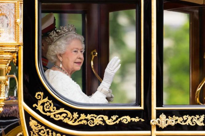 Общество: Елизавета II покинула Лондон, чтобы набраться сил перед скандалом с мемуарами принца Гарри