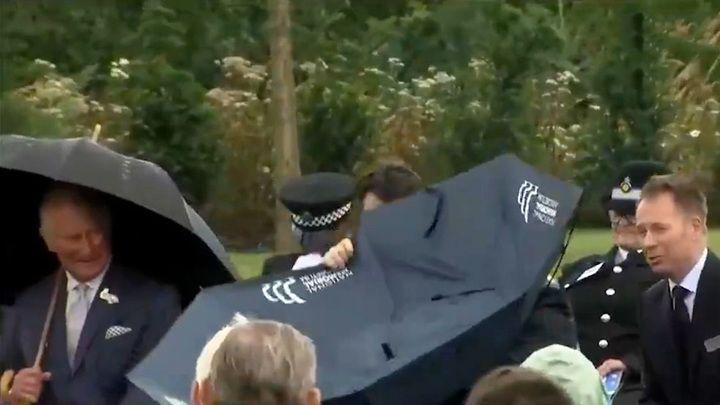 Общество: Борис Джонсон не смог справиться с зонтом и рассмешил принца Чарльза