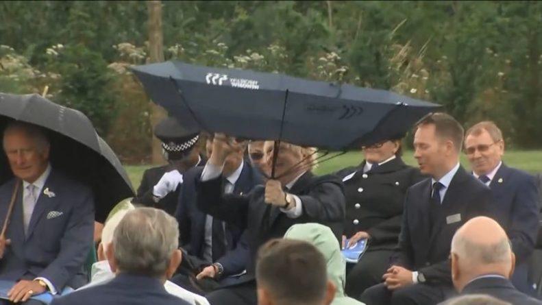 Общество: Борис Джонсон не справился с зонтиком и рассмешил принца Чарльза