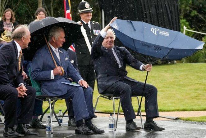 Общество: Борис Джонсон рассмешил принца Чарльза зонтом на открытии мемориала погибшим полицейским (фото, видео)