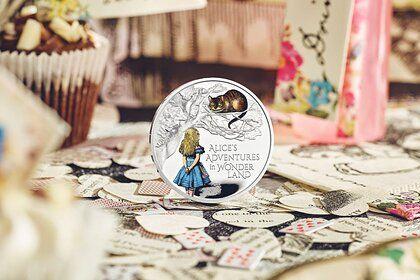 Общество: В Великобритании выпустили монеты с Алисой в Зазеркалье