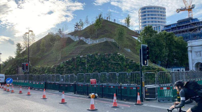 Общество: В центре Лондона установили искусственный парковый холм высотой 25 м