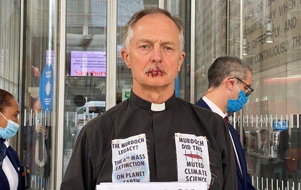 Общество: В Великобритании священник зашил себе рот, протестуя против замалчивания проблем изменения климата и мира
