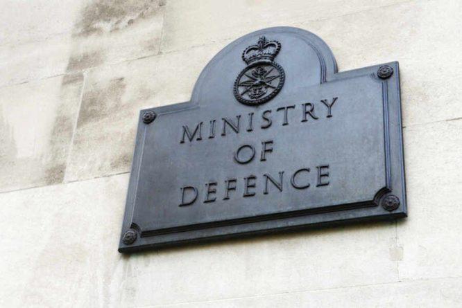 Общество: В Британии раскрыли личность чиновника, потерявшего документы об эсминце Defender