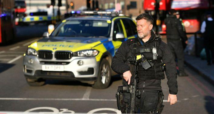 Общество: Неизвестный с ножом ранил полицейских в Лондона