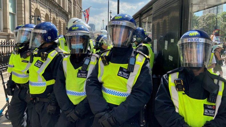Общество: Двое полицейских пострадали при нападении с ножом в Лондоне