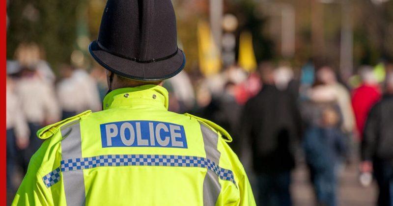 Общество: В Лондоне мужчина с ножом ранил двух полицейских и одного гражданского