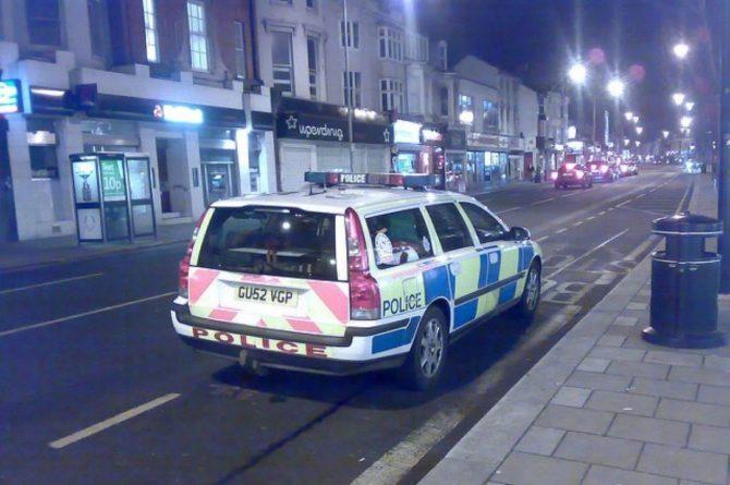 Общество: В Лондоне мужчина с ножом ранил двоих полицейских