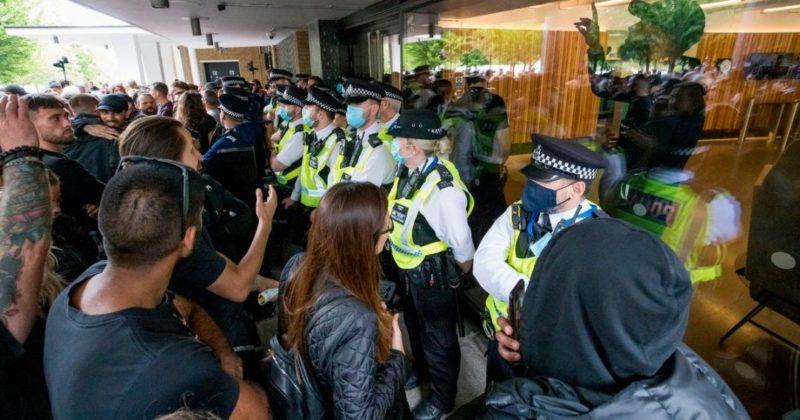 Общество: В Лондоне протестующие против антиковидных ограничений штурмовали студию ВВС (видео)