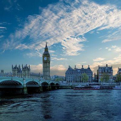"""Общество: Противники """"санитарных паспортов"""" пытаются прорваться в штаб-квартиру ВВС в Лондоне"""