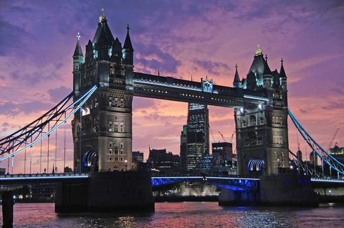 Общество: Тауэрский мост в Лондоне развели для прохода судна и не могут свести обратно