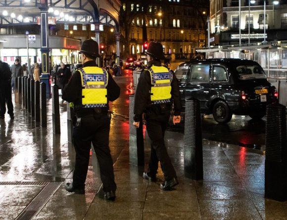 Общество: В Лондоне антивакцинаторы штурмовали офис BBC: видео