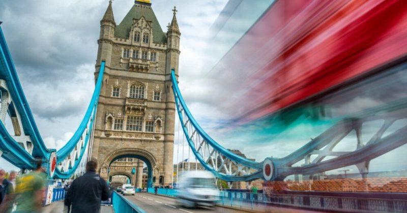 Общество: Фото: Тауэрский мост в Лондоне подняли и не могут опустить