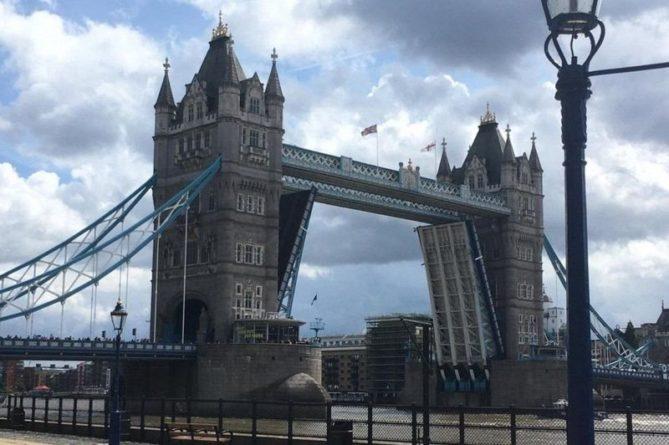 """Общество: В Лондоне """"сломался"""" исторический Тауэрский мост: опубликованы курьезные фото"""