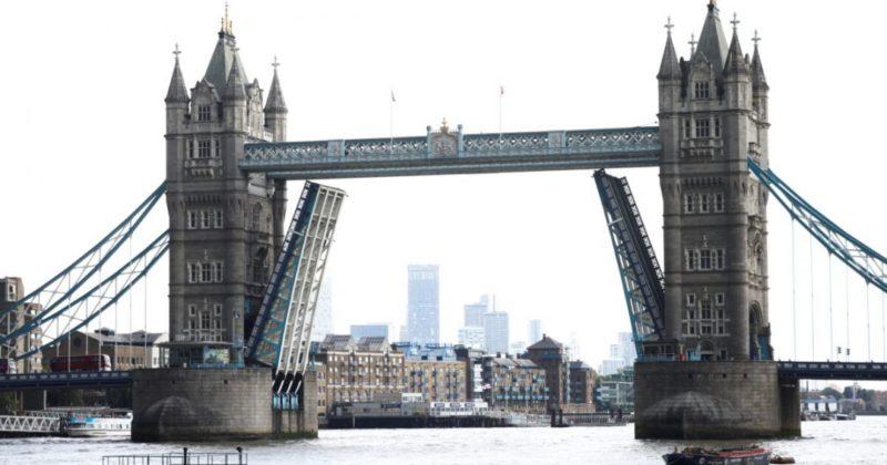 Общество: В Лондоне не могут опустить Тауэрский мост