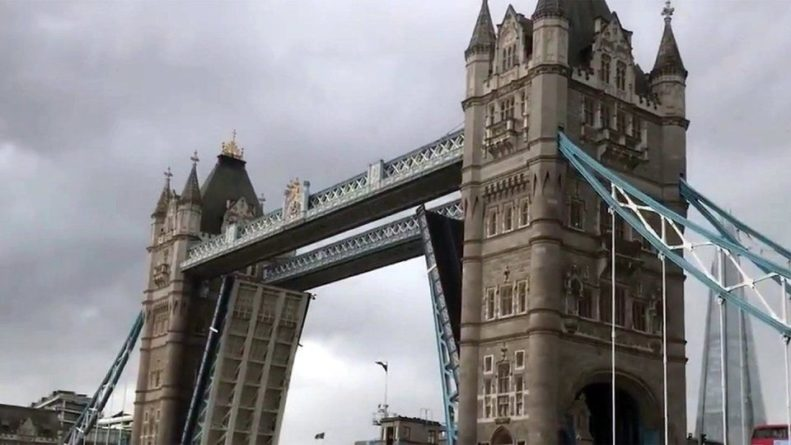 Общество: В Лондоне спустя примерно 15 часов свели знаменитый Тауэрский мост