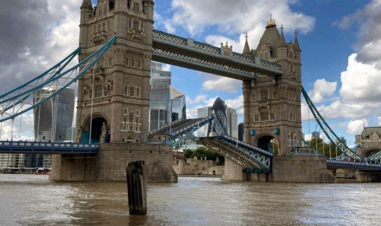 Общество: В Лондоне из-за неисправности не могут свести Тауэрский мост