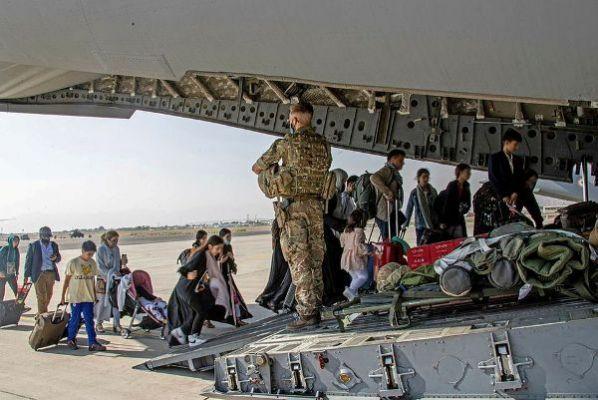 Общество: Переселение ради спасения: Британия примет 20 тыс. афганцев по «сирийскому образцу»