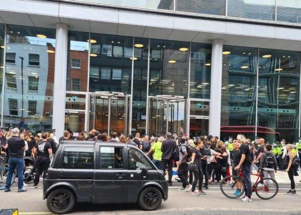 Общество: Протесты в Лондоне: люди заблокировали офисы двух телеканалов через дезинформацию