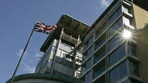 Общество: Перебросившего документы через забор посольства Британии узбека задержаои в Москве