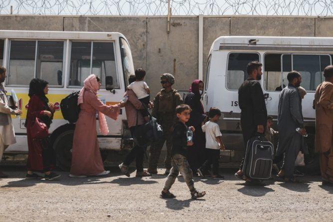 Общество: Власти Британии предложили афганцам спасать свои жизни пешком