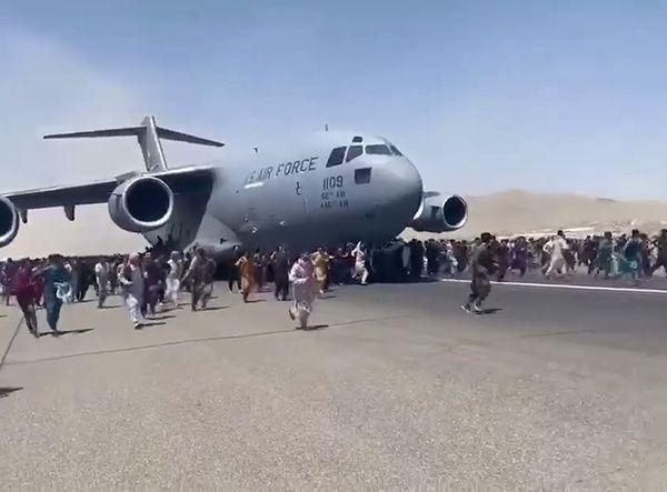Общество: Глава Минобороны Британии посоветовал афганцам бежать из страны наземным маршрутом