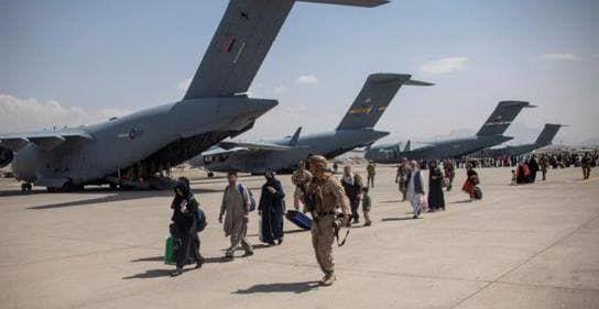 Общество: Минобороны Британии предупреждает о терактах в аэропорту Кабула