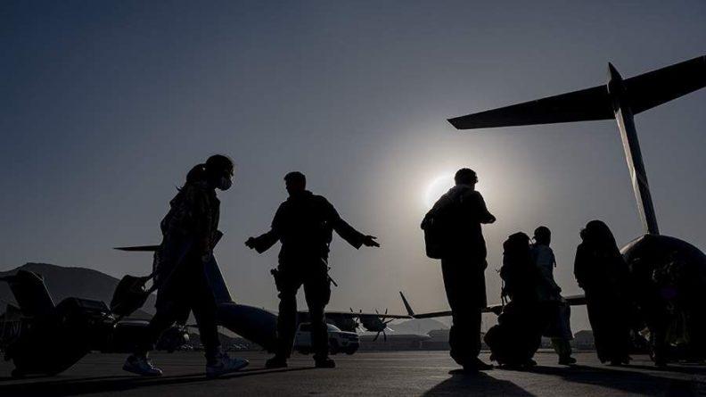 Общество: Британия эвакуирует из Кабула только уже находящихся в аэропорту людей