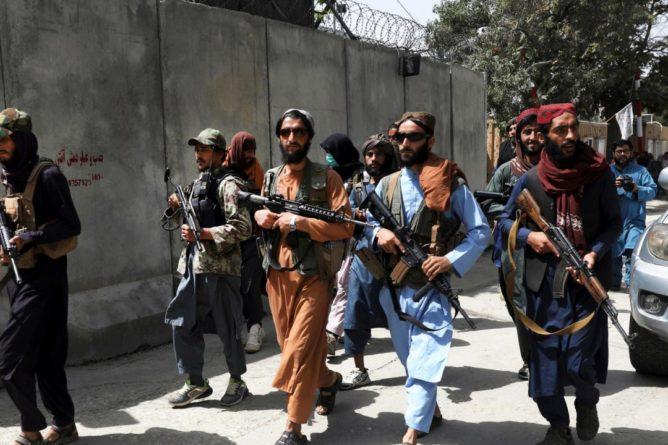 Общество: Великобритания потеряла списки своих работников: после теракта продолжается эвакуация из Кабула