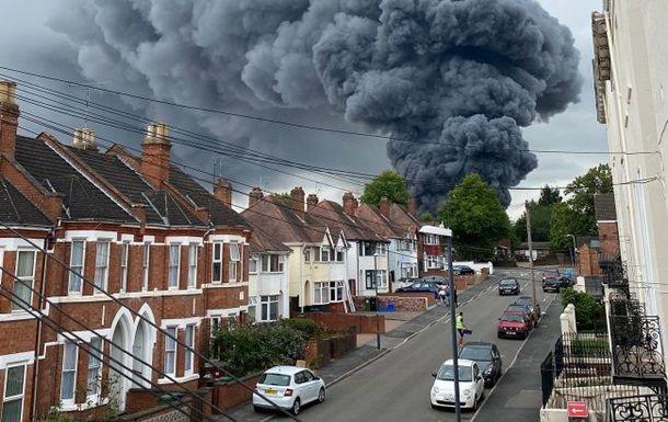 Общество: В Британии масштабный пожар, раздаются взрывы