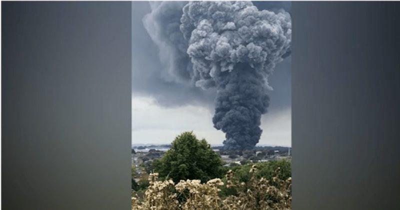 Общество: Обугленные куски пенопласта падают с неба: курорт в Англии охватил сильный пожар (фото, видео)