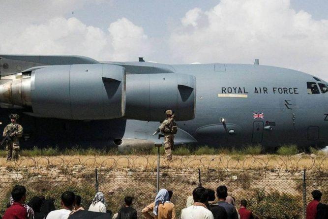 Общество: Из Кабула вылетел последний эвакуационный рейс Британии